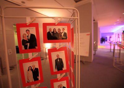 Zur Abholung bereit hängende mobil gedruckte Fotos