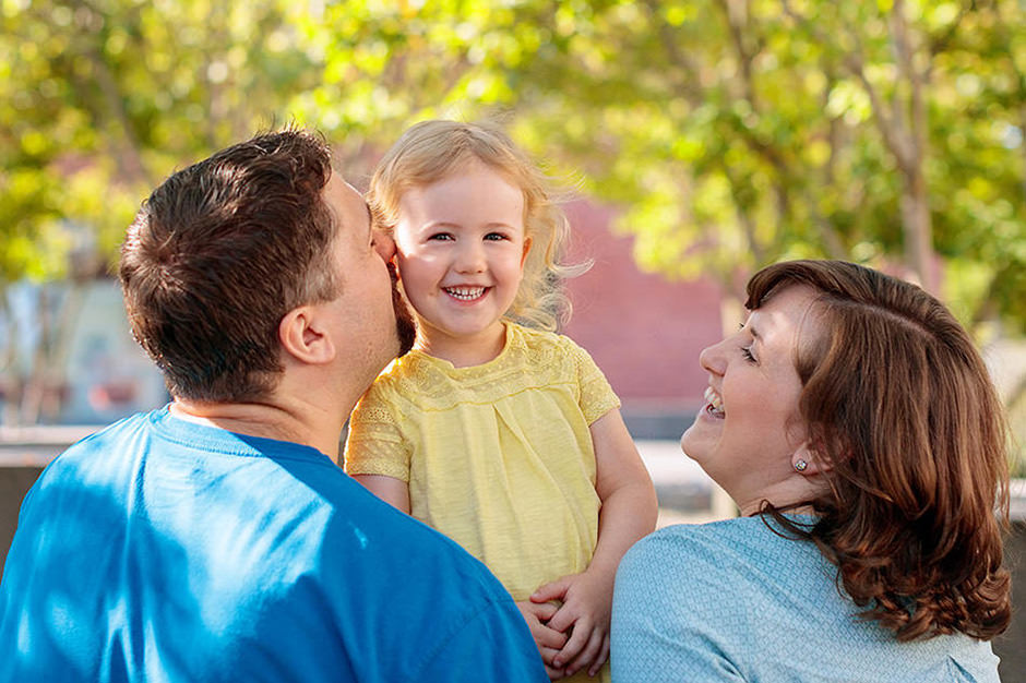 Familienfotos im Sommer Tochter mit ihren Eltern