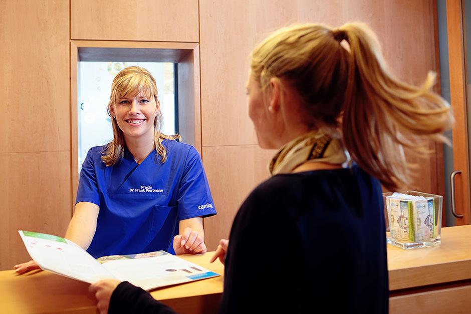 In Unternehmensfotos blicken wir den Mitarbeitern einer Zahnarztpraxis über die Schulter