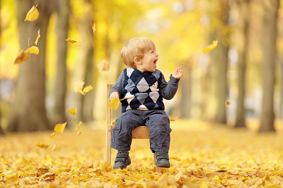 Familienfotos mit kleinem Kind im Herbst in Potsdam