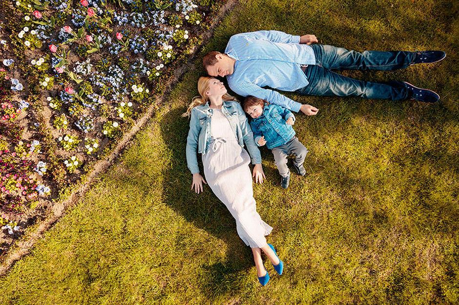 Familie liegt mit Kind auf der Wiese in Potsdam