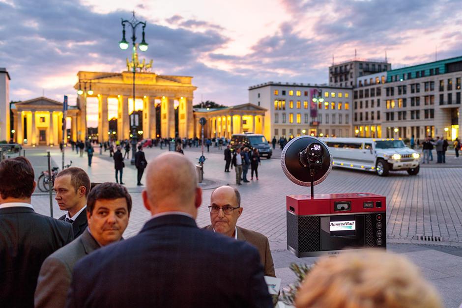 Photobooth mit Ausdruck in Berlin vor dem Brandenburger Tor
