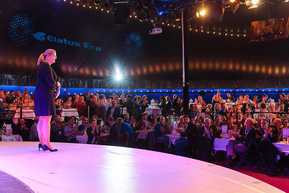 Eventfoto von Tagung eines Pharmaunternehmens Redner steht auf der Bühne