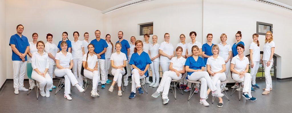 Gruppenfoto als Panoramafoto einer Praxis in Brandenburg