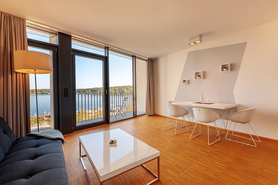 Hotelzimmerfoto mit Blick auf das Wasser und Babelsberg