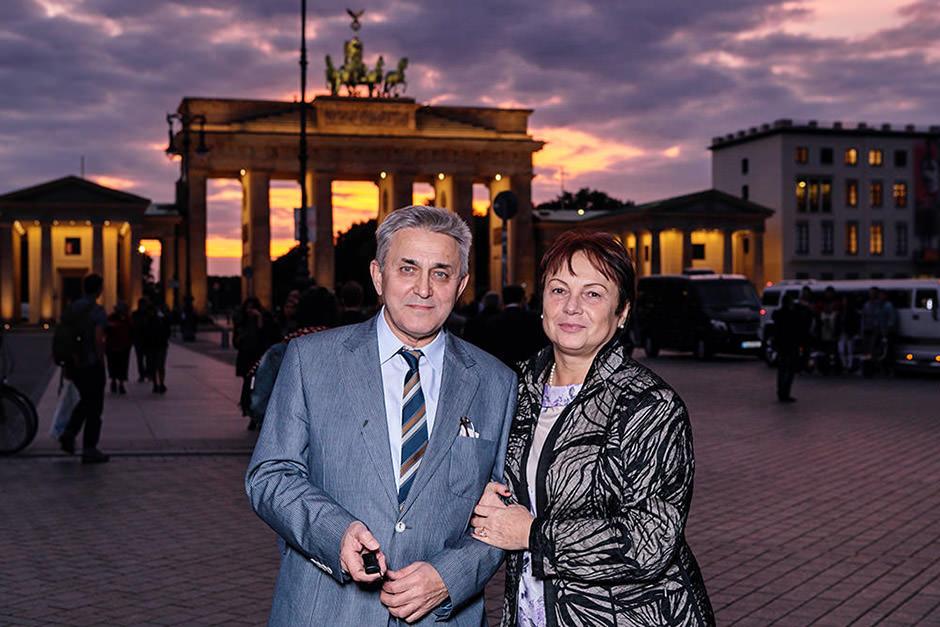 Veranstaltungsgäste fotografieren sich an einer Fotostation vor dem Brandenburger Tor