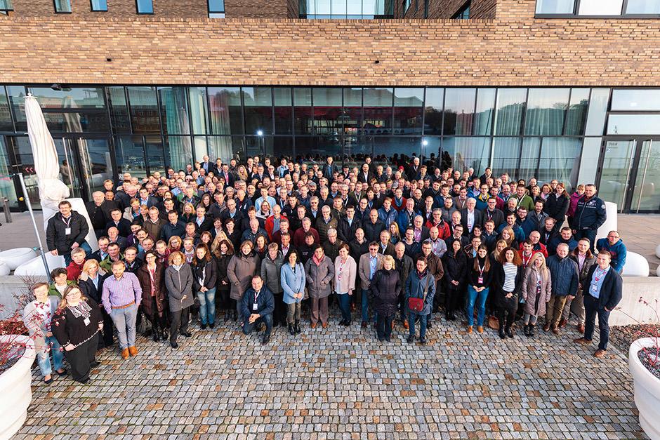 Gruppenfoto bei Tagung in Berlin mit mehr als 100 Personen vor Hotel