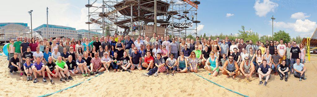 Gruppenbild beim Sommerfest mit 200 Personen