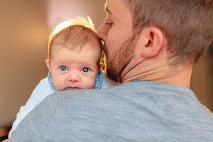 Neugeborenes auf Babybilder mit seinem Papa in Potsdam