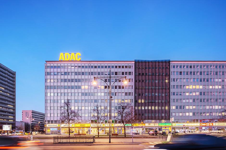 Fotograf für Gewerbeimmobilie zur Blauen Stunde in Berlin