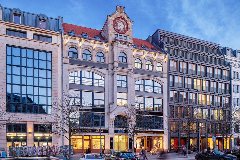 Architekturfoto einer Gewerbeimmobilie in Berlin mit leuchtenden Lichtern zur blauen Stunde