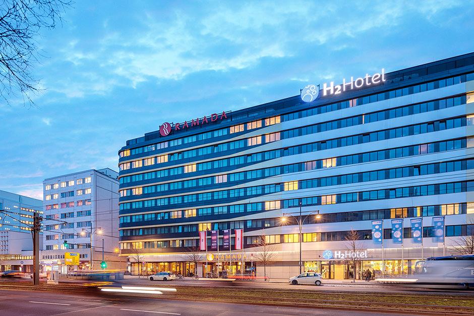Immobilienfoto zeigt ein Hotel in Berlin zur Blauen Stunde