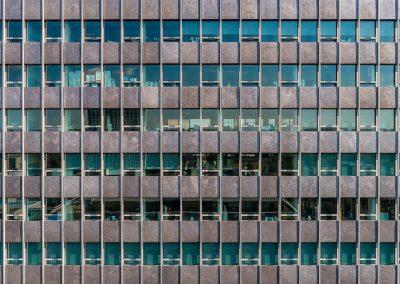 Nahaufnahme eines Gebäudes mit Drohne in Frankfurt