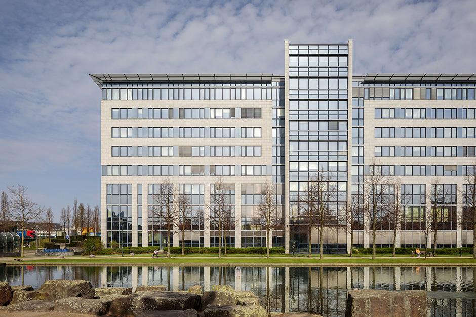 Architekturaufnahme von Gewerbeimmobilie im Frühling