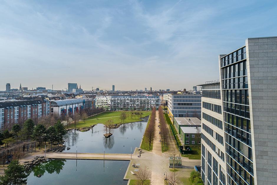 Luftaufnahme mit Drohne in Frankfurt mit Düsseldorf im Hintergrund