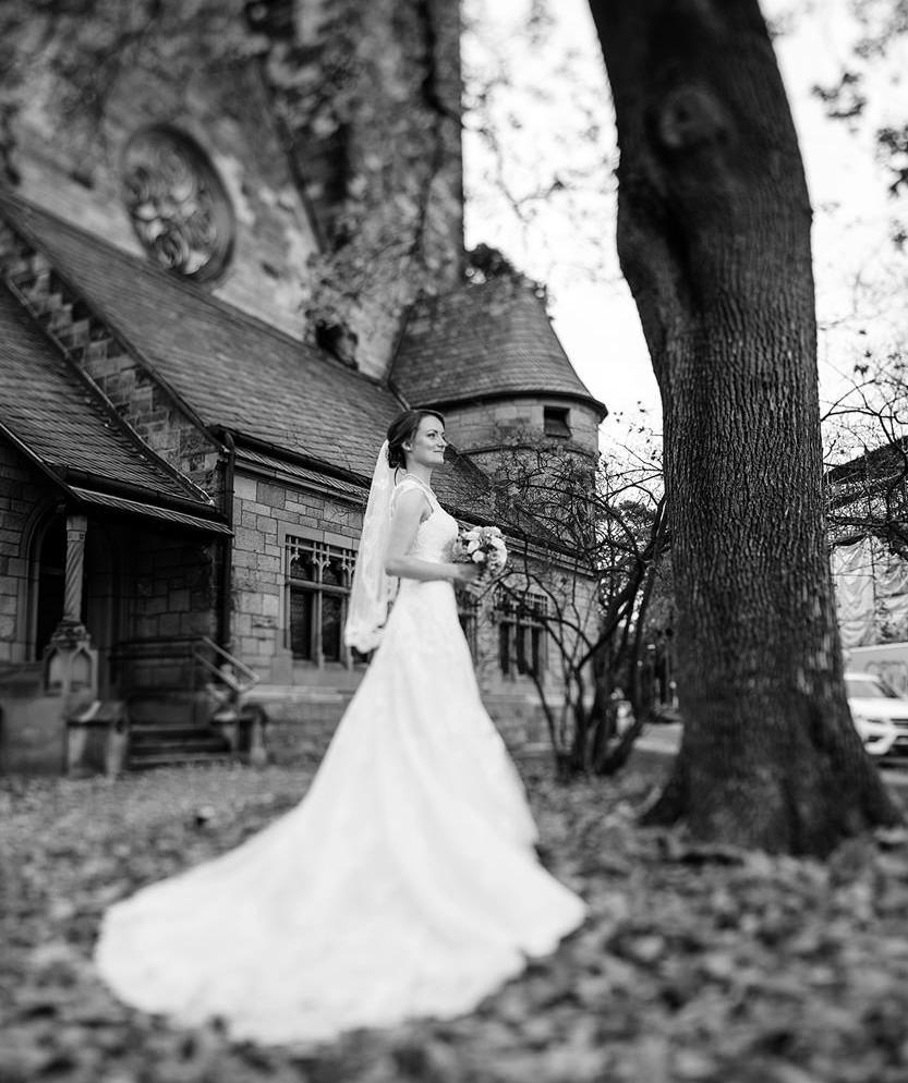 Hochzeit Braut vor Kirche in Berlin Grunewald