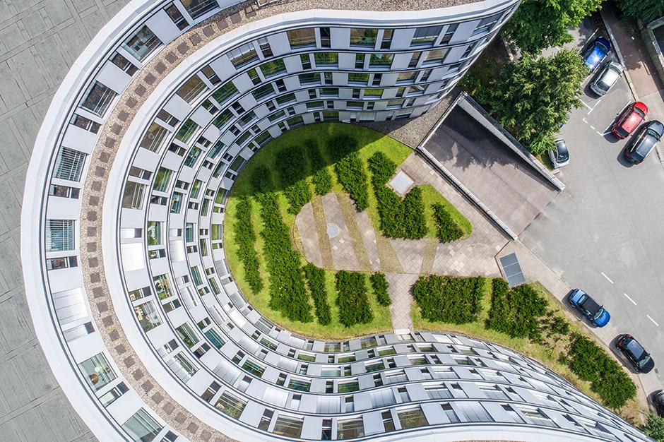 Vertikale Immobilienaufnahme mit Drohne in Hamburg