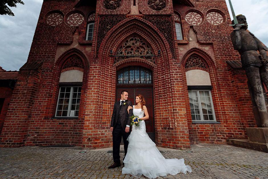 Nach der Trauung entstehen die ersten Hochzeitsfotos vor dem alten Rathaus in Brandenburg an der Havel
