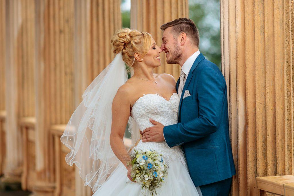 Brautpaar küsst sich auf dem Belvedere in Potsdam