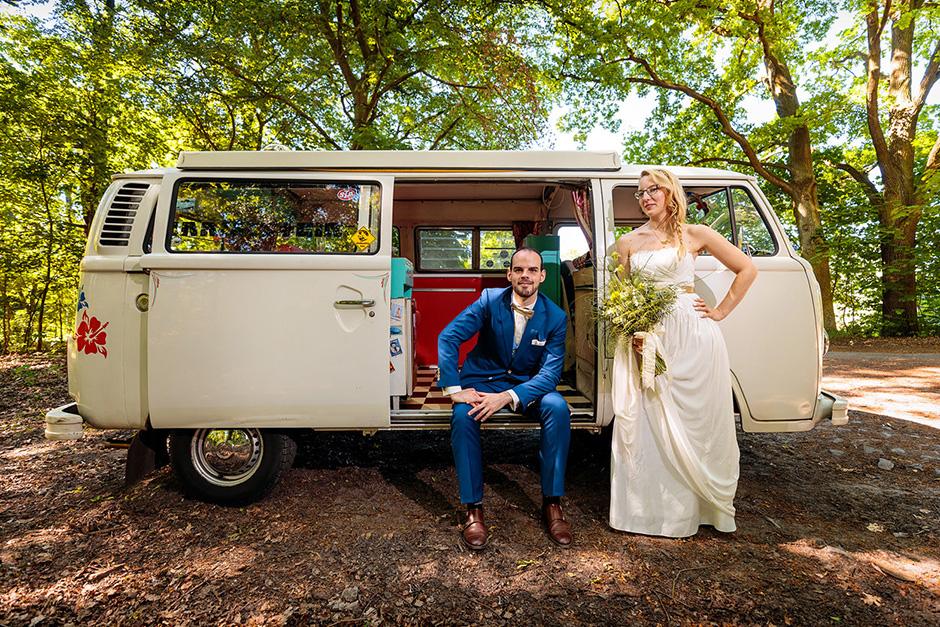 VW Bulli als Hochzeitsauto im Wald