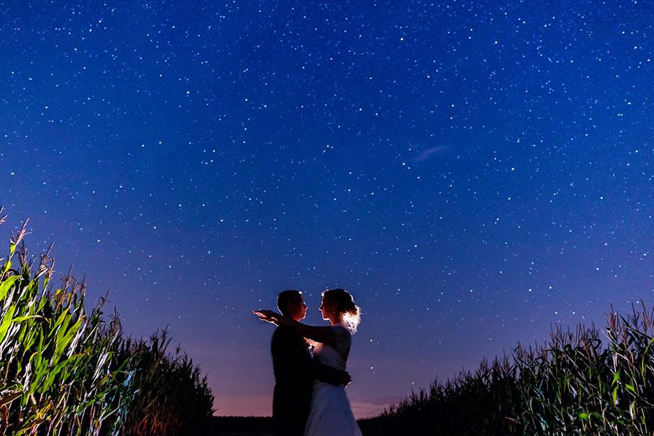 Ein Brautpaar im Feld unter dem Sternenhimmel in Brandenburg