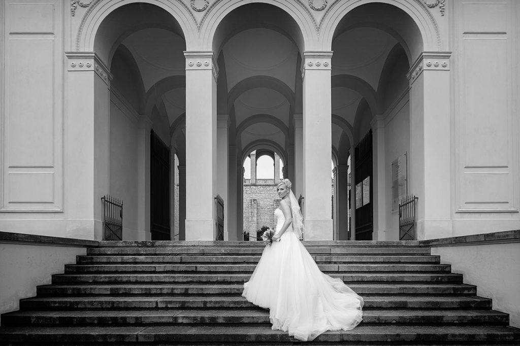 Portrait einer Braut auf den Treppen vom Belvedere auf dem Pfingstberg