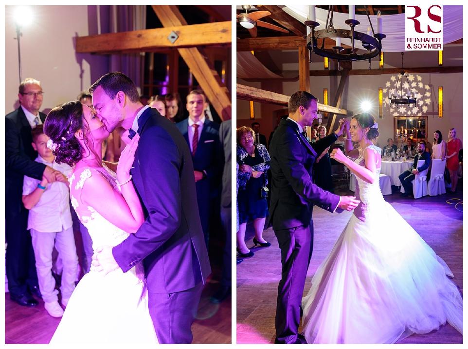 Das Brautpaar schwingt das Tanzbein