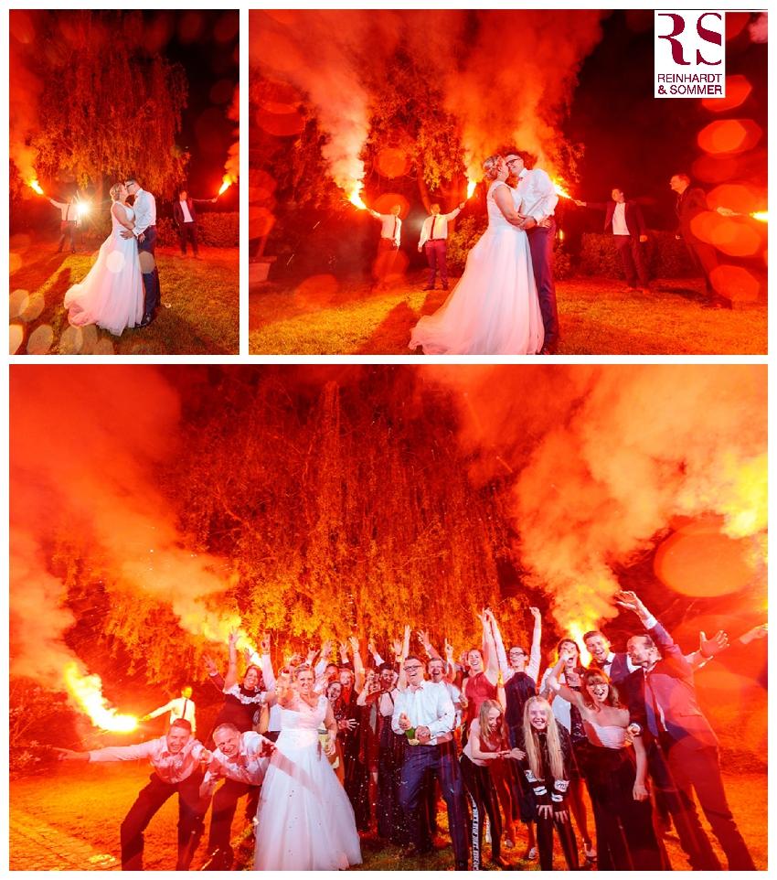 Ein feuriges Sekt-Foto mit Brautpaar und Gästen