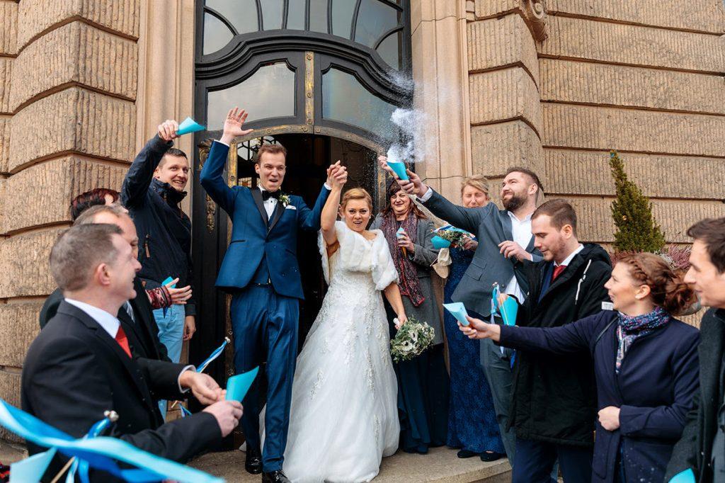 Das Brautpaar verlässt das Rathaus Potsdam nach der Trauung