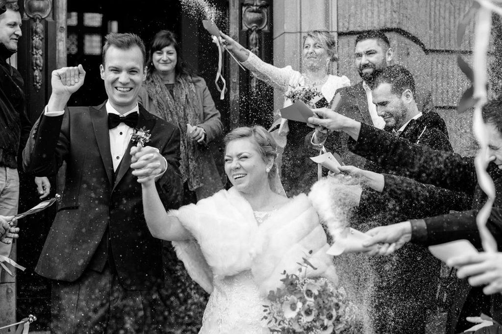 Vor dem Standesamt in Potsdam wird das Brautpaar wird jubelnd gefeiert