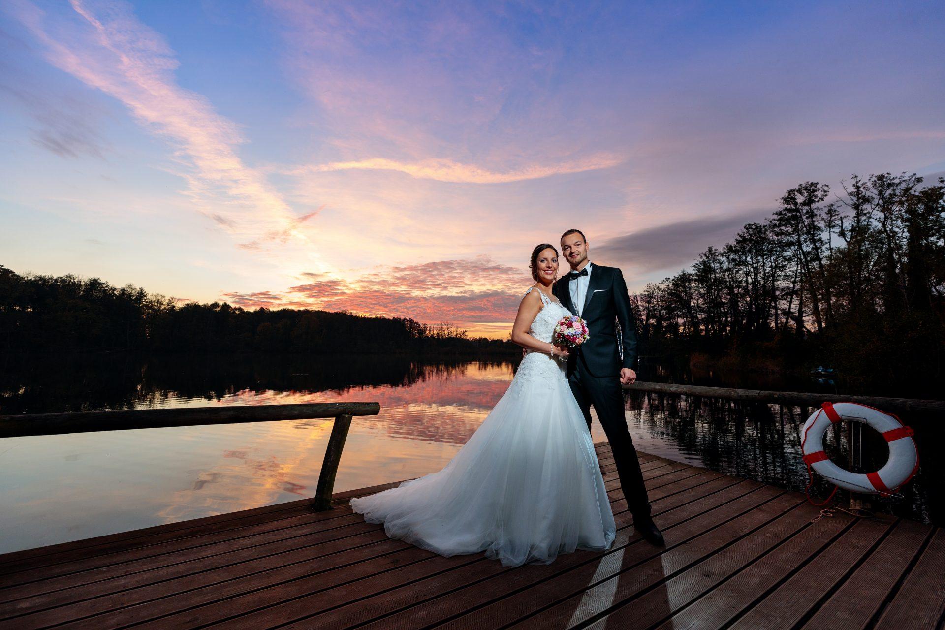 Brautpaar im herbstlichen Sonnenuntergang am Ufer vom Zum Rittmeister Kemnitz