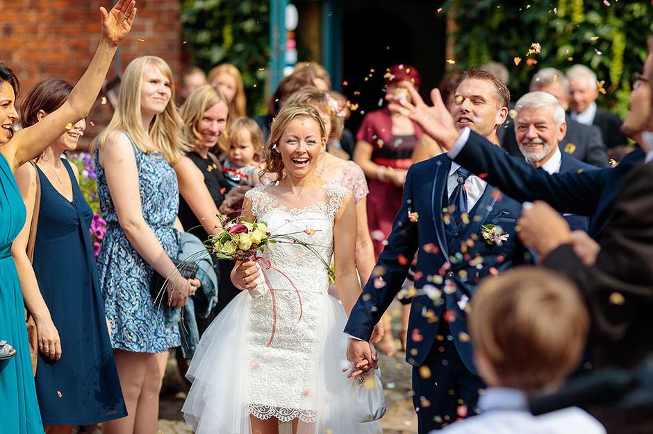Freude beim Auszug des Brautpaares in Neuruppin