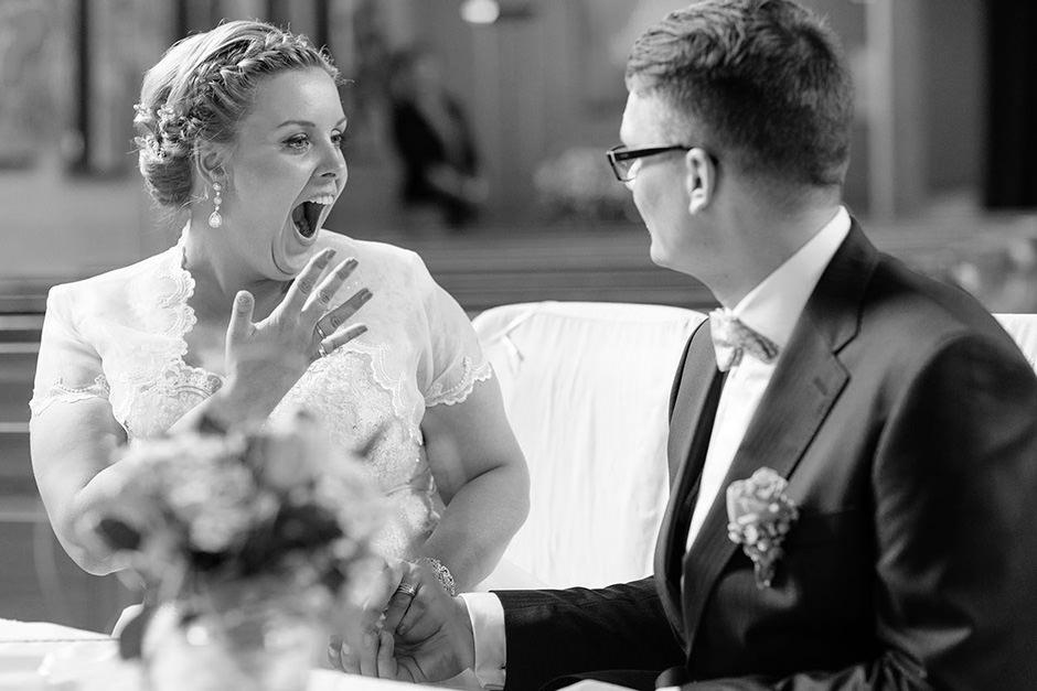 Freude über die Hochzeitsringe in Petzow