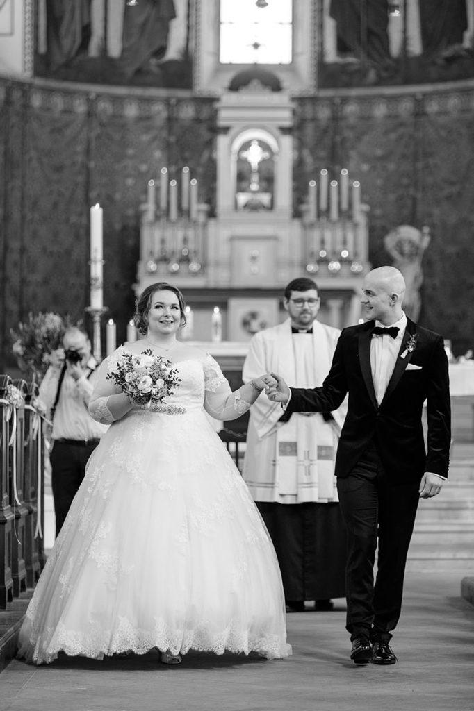 Das frisch getraute Brautpaar beim Auszug aus der Peter und Paul Kirche Potsdam