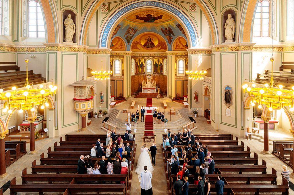 Ein Blick in die Peter und Paul Kirche Potsdam beim Einzug des Brautpaares