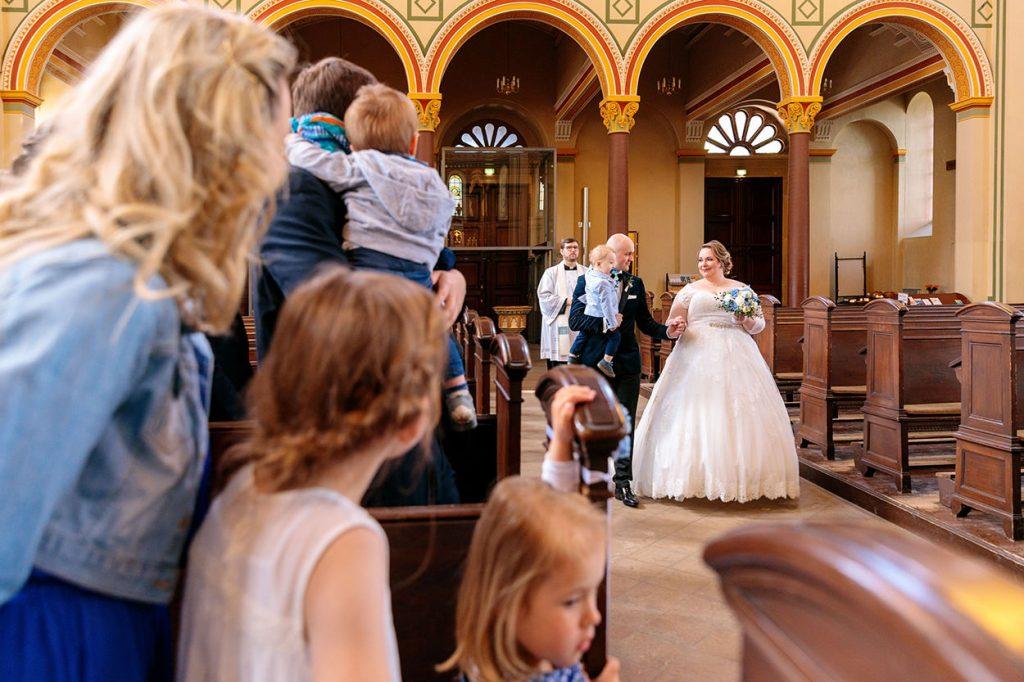 Das Brautpaar beim Einzug in die Peter und Paul Kirche Potsdam