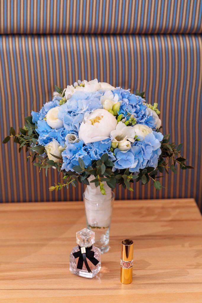 Der Brautstrauß und der Hochzeitsduft der Braut