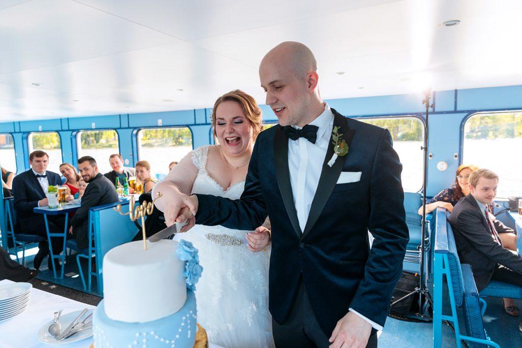 Das Brautpaar beim Anschnitt der Hochzeitstorte von der Patisserie Brahmstädts