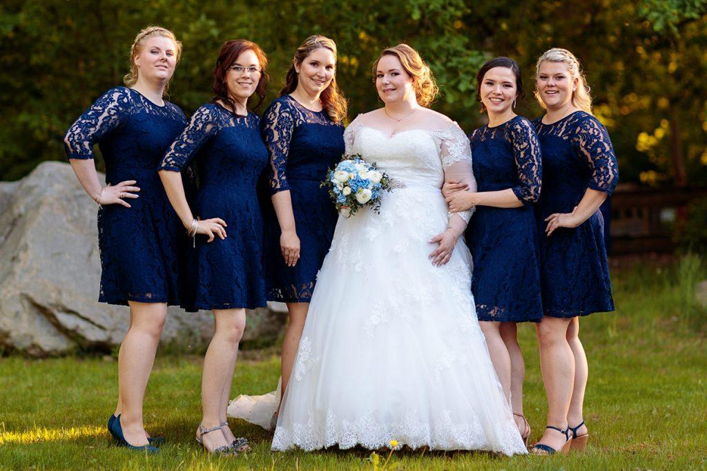 Die Braut mit ihren Brautjungfern im Garten des Inselhotel Potsdam