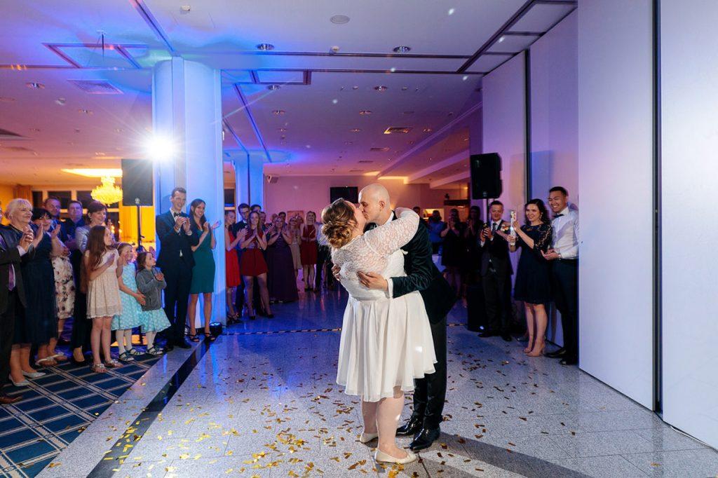 Am Ende des Hochzeitstanzes geben sich Braut und Bräutigam einen innigen Kuss