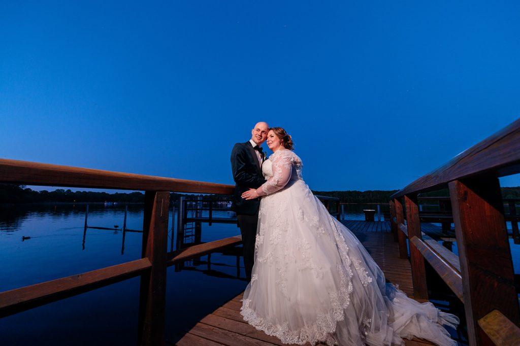 Brautpaar zur Blauen Stunde am Steg des Inselhotels Potsdam