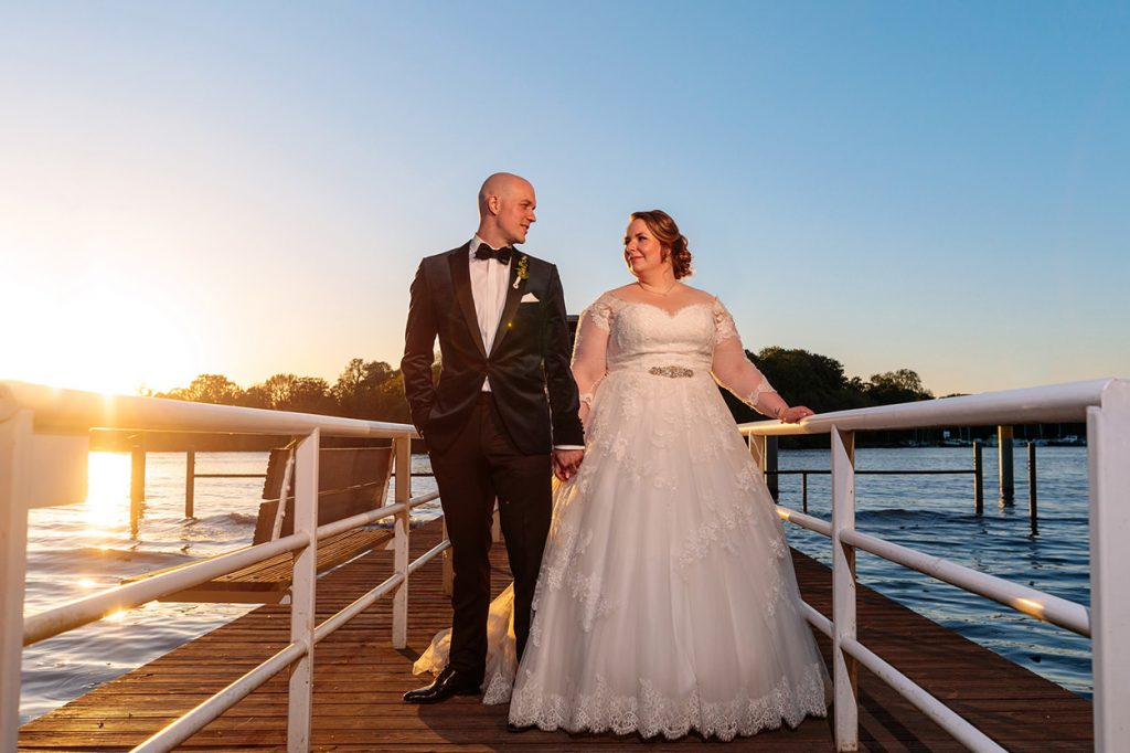 Brautpaarfotos beim Sonnenuntergang am Inselhotel Potsdam
