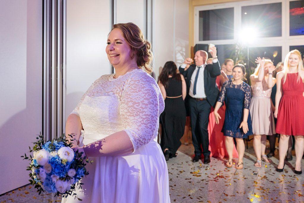 Die Braut beim Brautstraußwurf im Inselhotel Potsdam