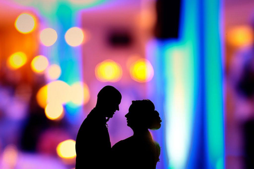 Das Brautpaar in buntes Licht gehüllt im Inselhotel Potsdam
