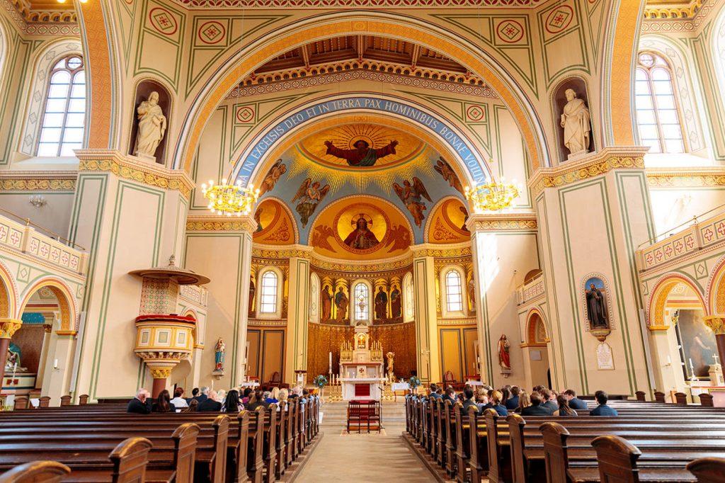 Im Herzen der Stadt Potsdam liegt die Peter und Paul Kirche. Sie bietet sich wunderbar an für kirchliche Trauungen