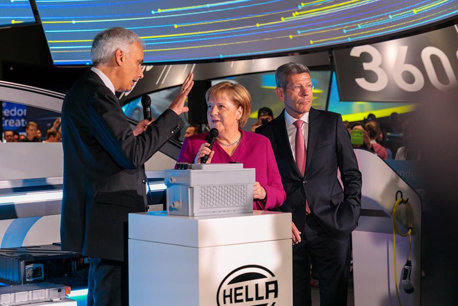 Bundeskanzlerin Dr. Angela Merkel zusammen mit dem VDA Präsenten