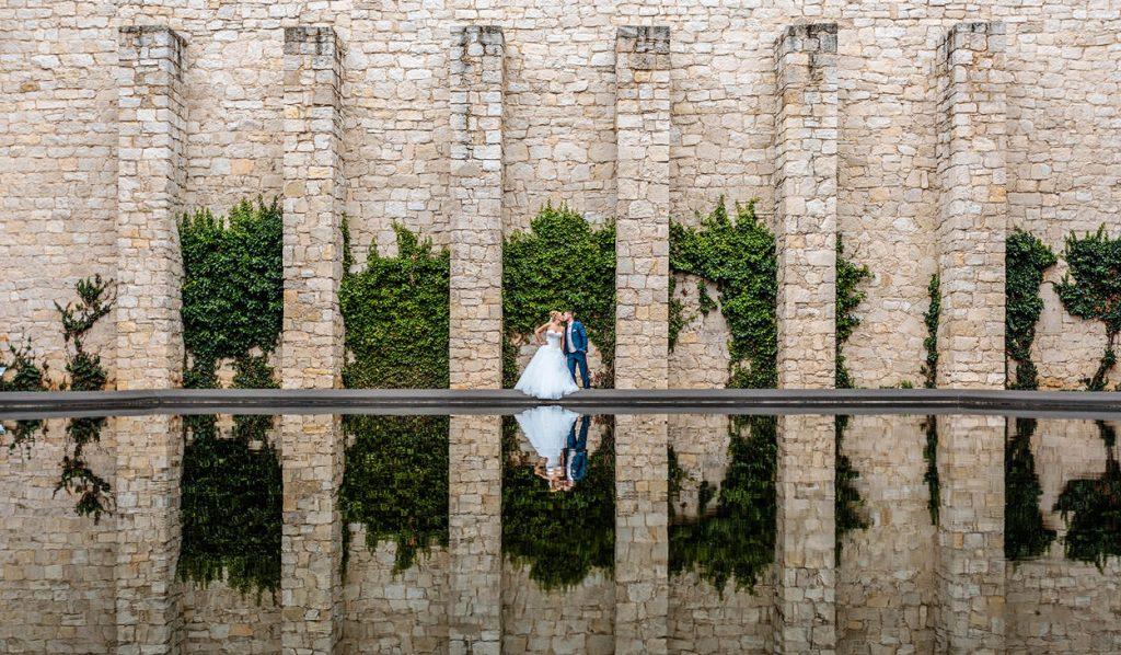 Hochzeitsfoto mit Brautpaar und Spiegelung im Wasser des Belvedere Potsdam Der Innenhof mit Wasserbecken