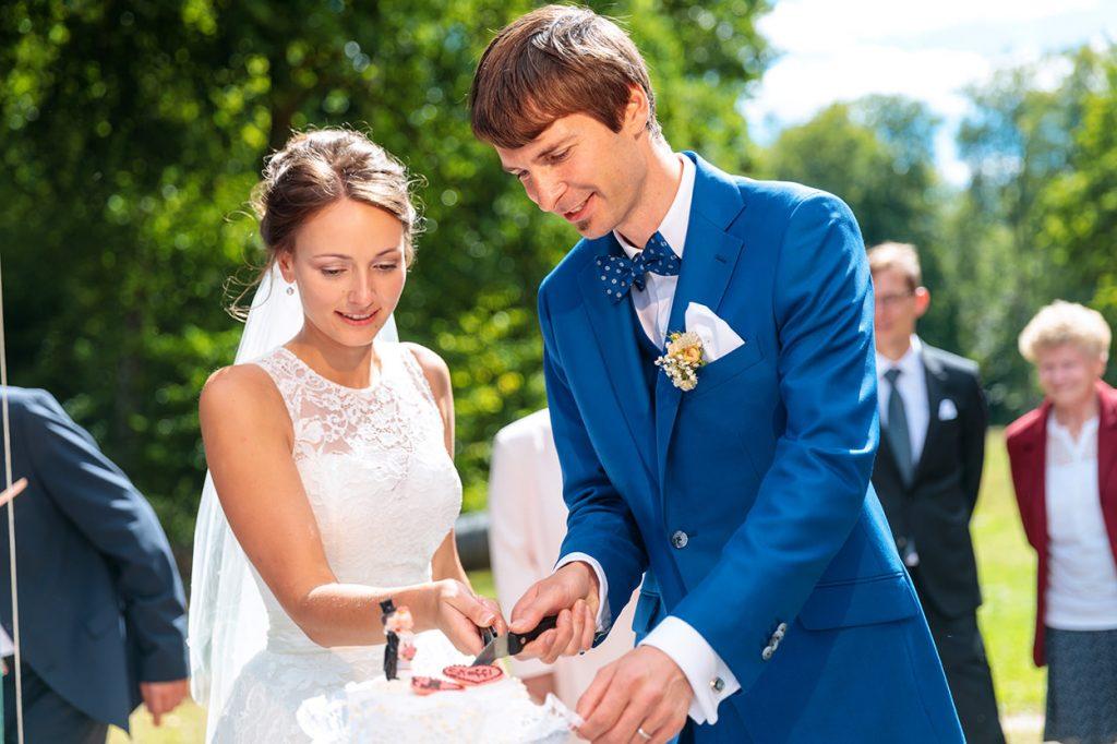 Das Brautpaar beim Anschnitt der Hochzeitstorte