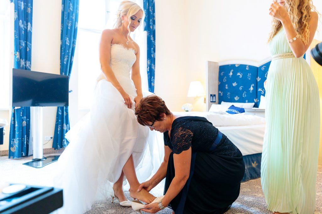 Die Braut wird eingekleidet und erste Tränen fließen