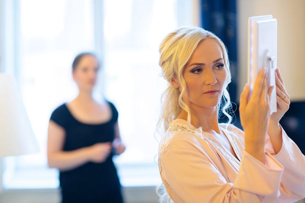 Die Braut wird im NH Hotel Potsdam fertig gemacht